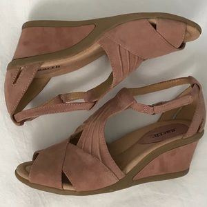 Like new Earth suede sandals